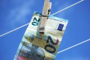 Ustawa o przeciwdziałaniu praniu pieniędzy dotyczy również księgowych, pośredników nieruchomości i spółki co-workingowe